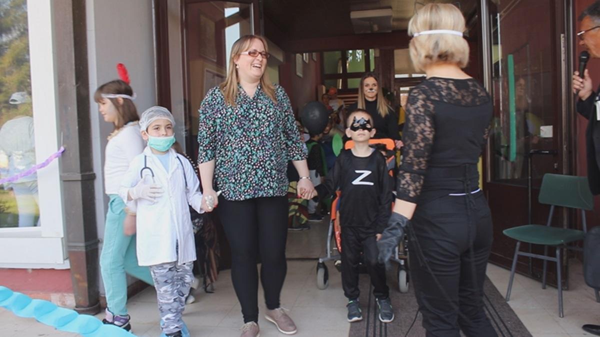 """Школа """"1. новембар"""" маскенбалом обележила Светски дан особа са аутизмом"""