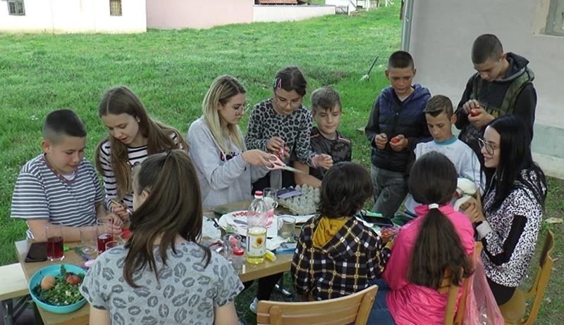Деца из подјеличког села Јежевица се окупила да продајом васкршњих јаја помогну лечење малог Реље