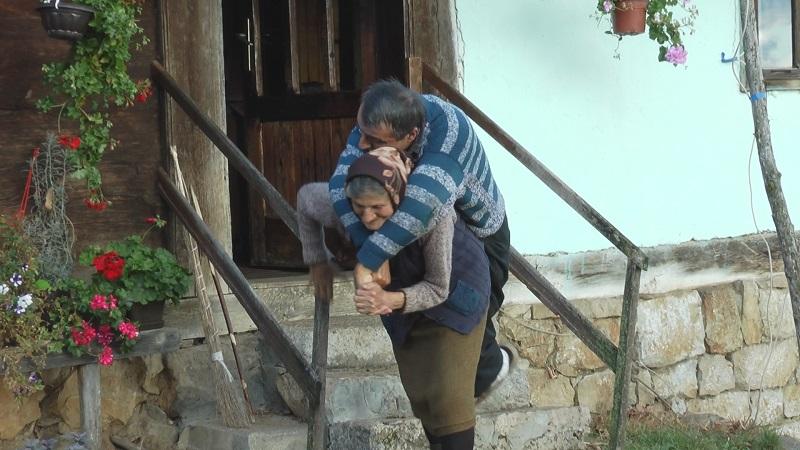 Преминуо Предраг из Косјерића ког је мајка целог живота носила на плећима